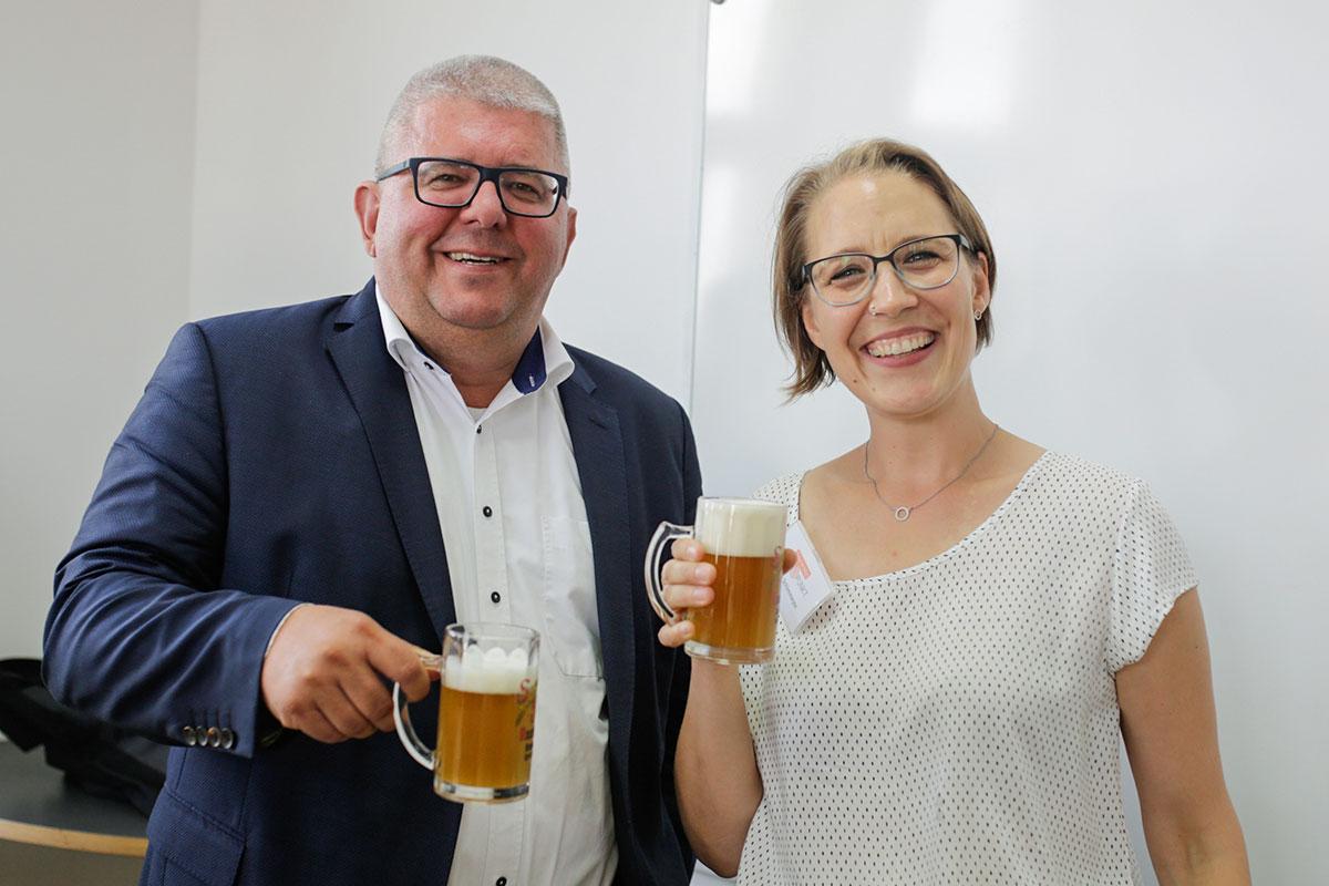 Sommerfest am Sprachinstitut TREFFPUNKT: Kristina Schimmeyer mit Bürgermeister Wolfgang Metzner